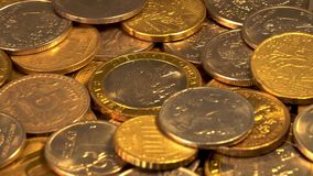 Монетки на вращая платформе видеоматериал