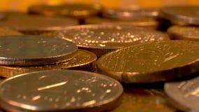 Монетки на вращая платформе сток-видео