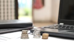 Монетки на таблице, с компьтер-книжками и финансовыми отчетами, версия 5 Стоковые Фото