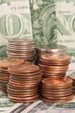 Монетки доллара на долларовых банкнотах II Стоковое Изображение RF