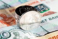 Монетки одного рубля на русских бумажных деньгах Стоковые Фотографии RF