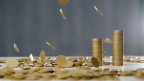 Монетки падают на таблицу в замедленном движении акции видеоматериалы