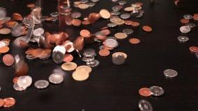 Монетки падая на черную поверхность акции видеоматериалы