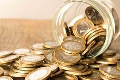 Монетки разбросанные на деревянный стол Концепция увеличения капитала стоковые изображения