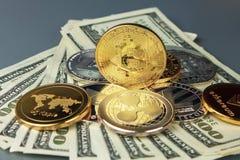 Монетки различных секретный-валют с долларами Стоковое Фото