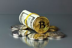 Монетки различных секретный-валют с долларами Стоковая Фотография