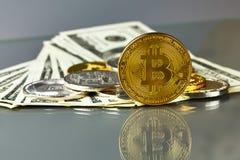 Монетки различных секретный-валют с долларами Стоковые Фотографии RF
