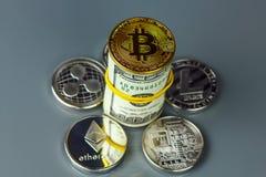 Монетки различных секретный-валют с долларами Стоковая Фотография RF