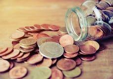 Монетки разливая из года сбора винограда стеклянной бутылки тонизируют Стоковые Фотографии RF
