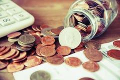 Монетки разливая из года сбора винограда стеклянной бутылки Стоковые Фото