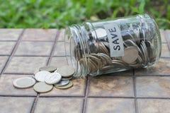 Монетки разливая из стеклянной бутылки Стоковое Изображение RF
