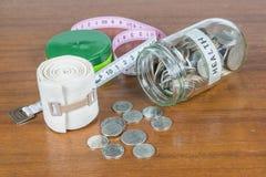 Монетки разливая из стеклянной бутылки Стоковое Изображение