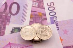 Монетки рубля и символ рубля и номеров на примечаниях евро стоковая фотография rf