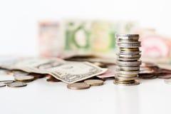 Монетки складывают и деньги стоковое фото rf
