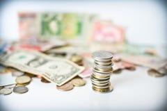 Монетки складывают и деньги стоковые фотографии rf