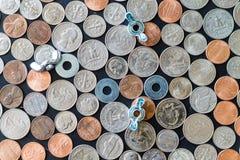 Монетки США на плоской поверхности с крыльчатыми барашковыми гайками шайб Стоковое Изображение RF