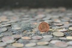 Монетки Таиланд на старой серебряной монете на предпосылке стоковые изображения rf