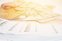 Монетки, тайские деньги и кредитные карточки на белой предпосылке Стоковая Фотография