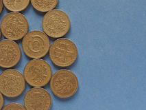 Монетки фунта, Великобритания над синью с космосом экземпляра Стоковое Фото