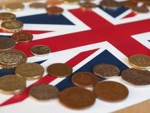 Монетки фунта, Великобритания над флагом Стоковые Фото