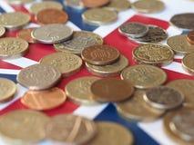 Монетки фунта, Великобритания над флагом Стоковое Изображение RF