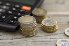 Монетки штабелированные на одине другого в различных положениях Стоковые Изображения