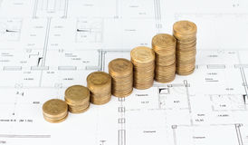 Монетки штабелированные в куче на проектах стоковые фотографии rf