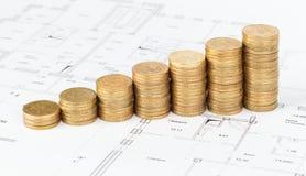 Монетки штабелированные в куче на проекте стоковые фотографии rf