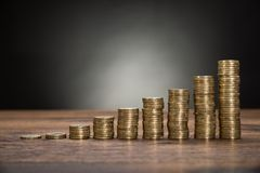 Монетки штабелируют на таблице Стоковые Фото
