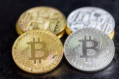 Монетки Bitcoin в золоте и серебре Стоковая Фотография