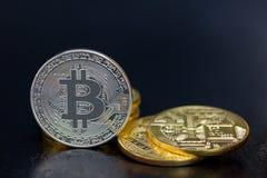 Монетки Bitcoin в золоте и серебре Стоковое Изображение RF