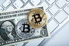 2 монетки bitcoin и долларовой банкноты на клавиатуре Стоковое фото RF