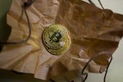 Монетки bitcoin на скомканной бумаге Стоковая Фотография