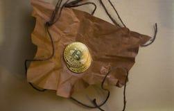 Монетки bitcoin на скомканной бумаге Стоковое Фото