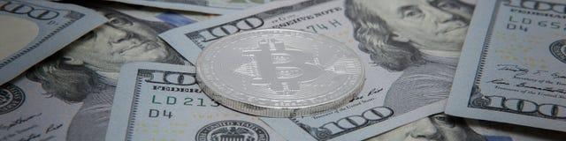 Монетки bitcoin на фоне примечаний доллара bitcoin самое популярное cryptocurrency в мире стоковые фотографии rf