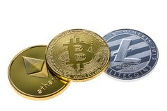 Монетки Bitcoin, ethereum и litecoin изолированные на белой предпосылке Закройте вверх с селективным фокусом стоковые фотографии rf