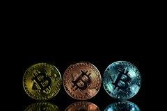 Монетки cryptocurrency или Bitcoin лежа над клавиатурой компьтер-книжки, стоковая фотография