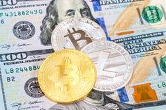 Монетки cryptocurrency лежа над 100 долларами b американца Стоковые Фото