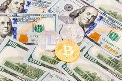 Монетки cryptocurrency на американских банкнотах долларов Busin Стоковое фото RF