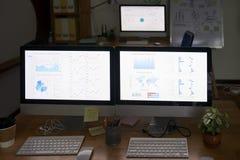 Мониторы компьютера в офисе стоковые изображения