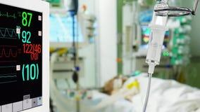 Монитор и капельница показателя жизненно важных функций медицинские в больнице сток-видео