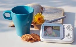 Монитор младенца конца-вверх для безопасности младенца на таблице Стоковые Фото