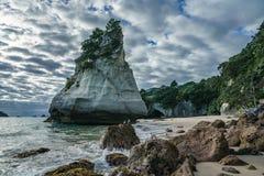 Монолит утеса песчаника, бухта собора, coromandel, Новая Зеландия 13 стоковая фотография