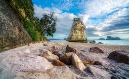 Монолит утеса песчаника за камнями в песке на бухте собора, Новой Зеландии 2 стоковые фотографии rf