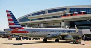 Монорельс Skylink на авиапорте Далласа Fort Worth (DFW) стоковая фотография rf