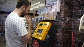 Монреаль, Квебек, Канада - 25-ое июня 2018: Человек используя Bitcoin ATM видеоматериал