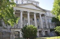 Монреаль 26-ое июня: Des обслуживания финансирует здание от руты Нотр-Дам Монреаля в Канаде Стоковое фото RF