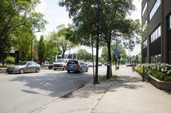 Монреаль, Квебек, Канада - 18-ое июля 2016 - солнечная улица в Montre Стоковое Изображение