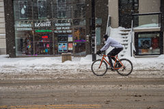 Монреаль, CA, 12-ое декабря 2016 Велосипед катания человека в neig конца мили Стоковая Фотография