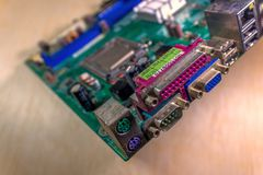 Монтажная плата радиотехнической схемы с компонентами затыкает в материнскую плату стоковое изображение